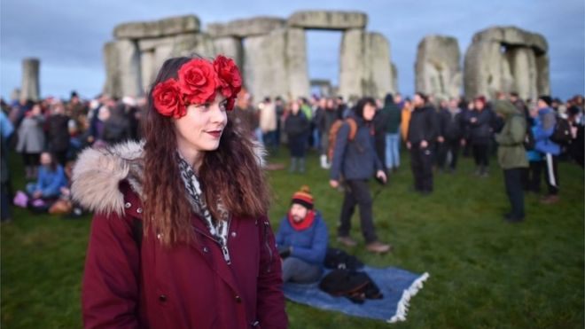Winter Solstice: Thousands Gather at Stonehenge at Dawn